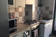 cucina NUOVA con frigo freezer forno normale e a microonde piu ogni accessorio