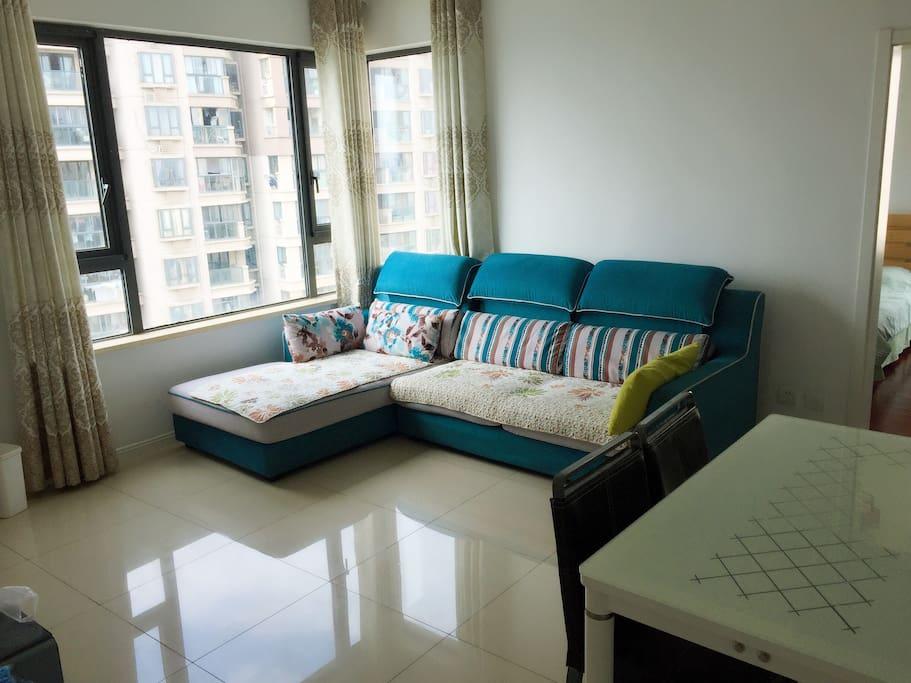 客厅就是坐沙发看电视咯或者坐在桌子上看也可以!