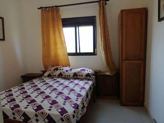 Chambre et salon dans verger à 4 km aéroport AIBD