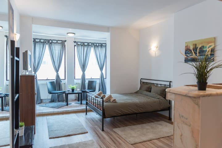 Sunny University Square Studio - București - Apartment