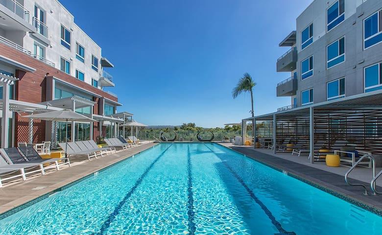 Irvine Luxury Condo Mid-Rise Suite/180º City Views