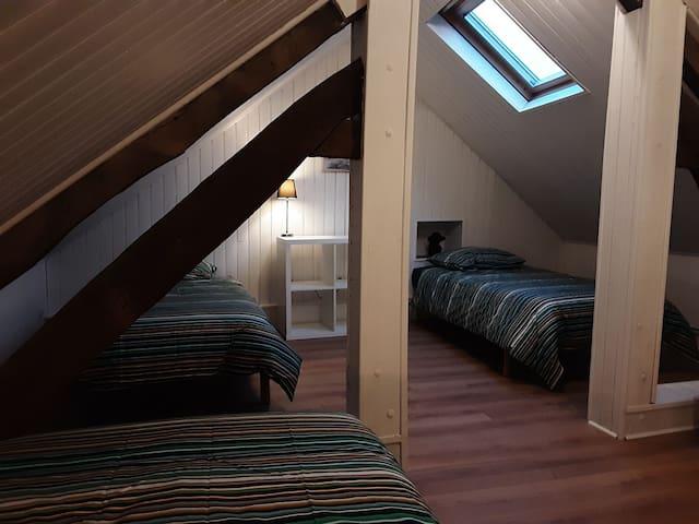Chambre avec trois lits simples