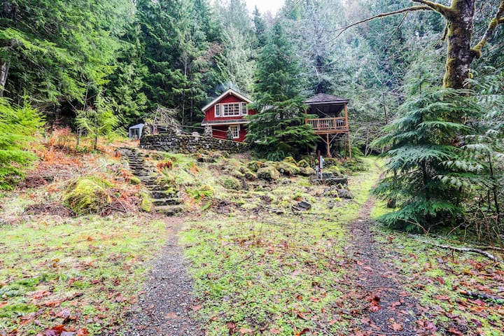 Secluded, waterfront lodge on 24 wooded acres w/ furnished patio & fireplace