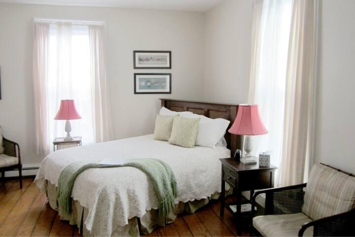 New England Room+Bkft (E)