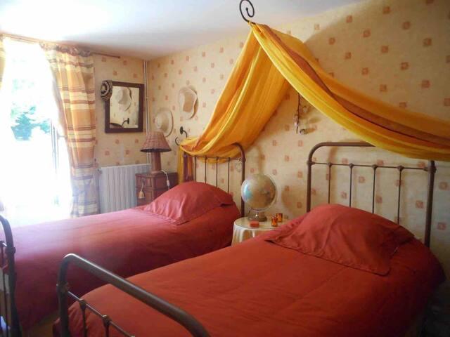 Chambre voyage 2 lits 0,90  mitoyenne à la chambre chocolat lit 160