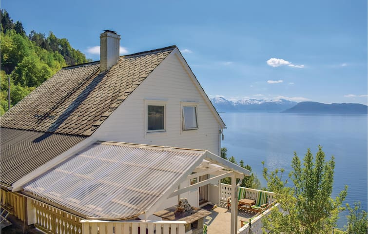 Holiday cottage with 5 bedrooms on 180m² in Strandebarm