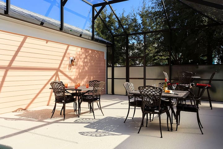 The court yard has plenty of outdoor dinning seating