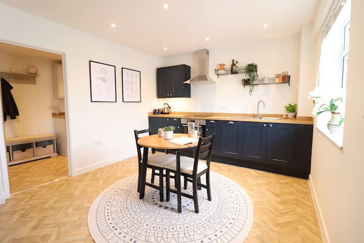 Stylish central cottage with wood burner