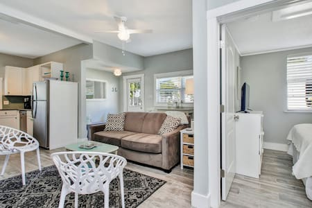 Super Cute 1 Bed 1 Bath New Close to Beach Cottage - Clearwater
