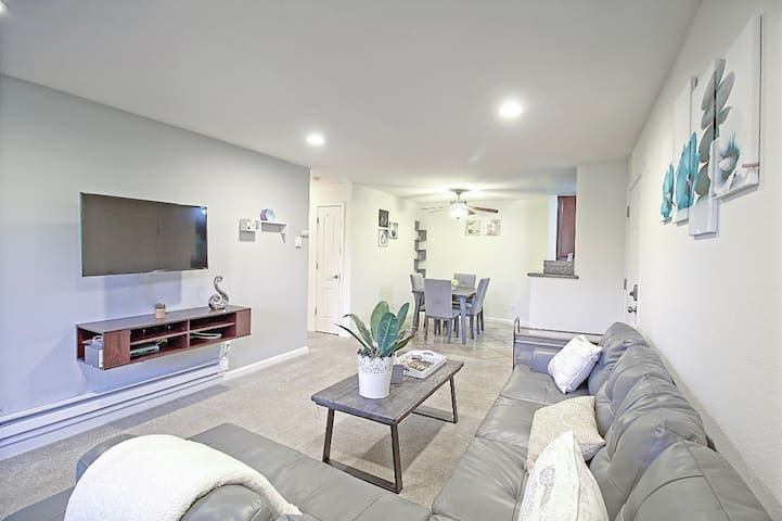 Welcome! Renovated and modern  condo with open floor plan - Netflix and Fast High Speed Internet available for your convenience and entertainment.