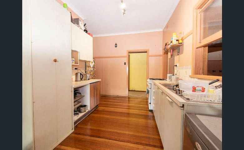 Lovely private room Hunter St & close to amenities