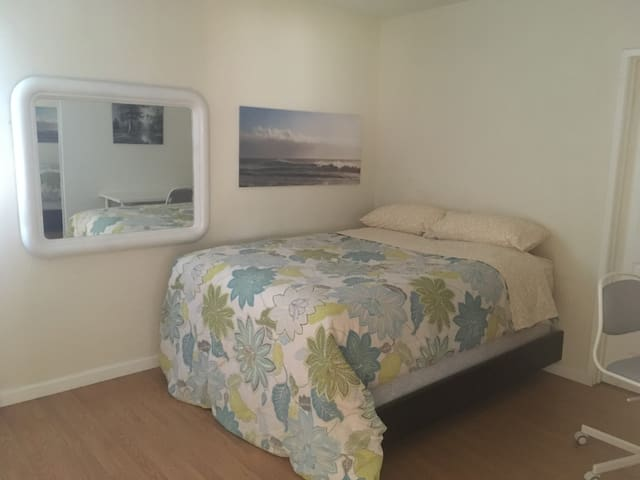 Luxury Bed, TV, WIFI, HBO, 2 blocks from Expo Line
