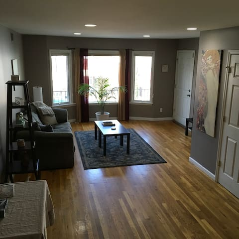 Large modern 1 Bedroom apt - 35mins from Manhattan
