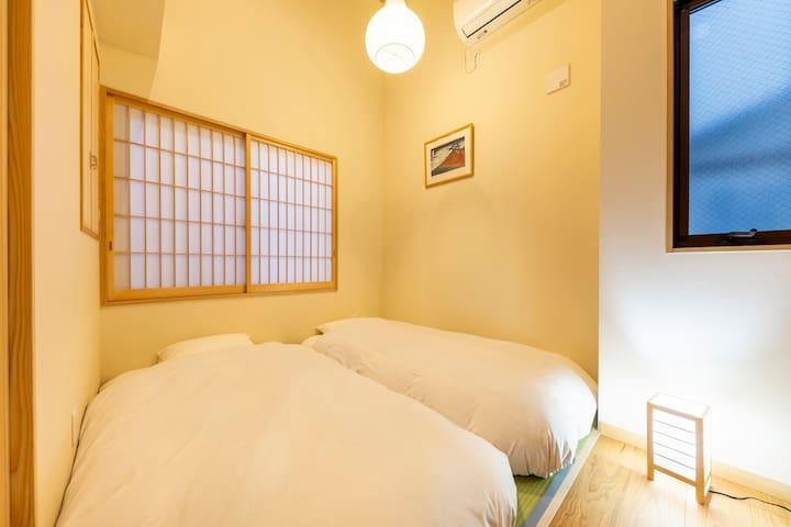 2階寝室1 お布団を敷いた状態 / Sleeping Room1 with futon