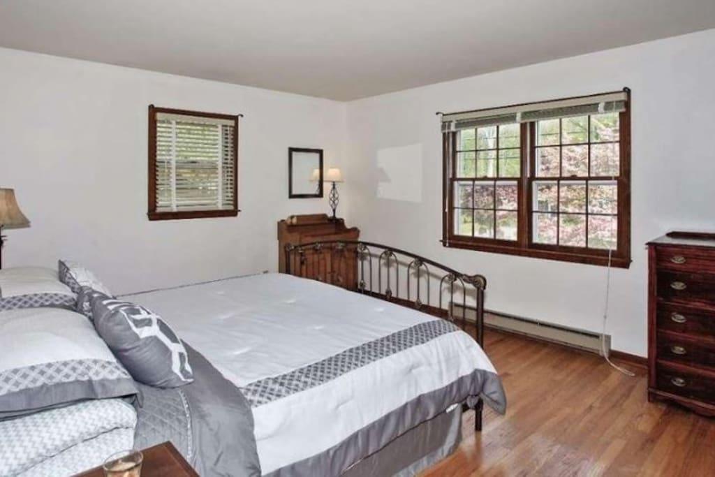 Private bedroom w. Queen bed