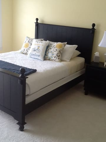 Sunny yellow private room with full bath! - North Myrtle Beach - Radhus