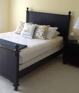 Sunny yellow private room with full bath! - North Myrtle Beach - Reihenhaus