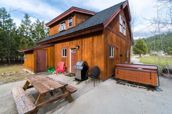 Cozy river front cabin with private hot tub perfect for a romantic getaway!