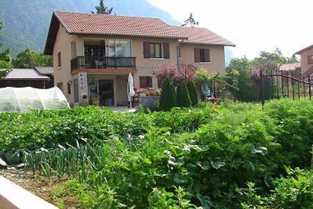 appartement dans jolie villa - Espinasses