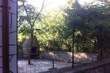 Il giardino con il caminetto esterno per le grigliate