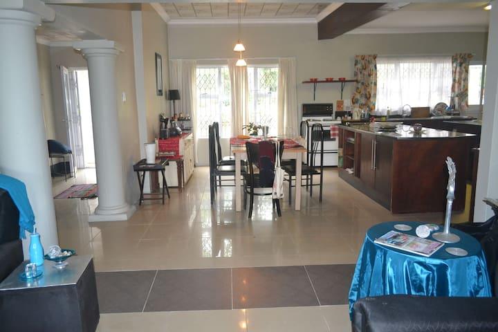 Large House in Westville / private en-suite rooms