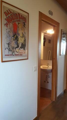 Habitación Número 2, capacidad para 4 personas. Situada en planta baja y con baño incorporado en la habitación