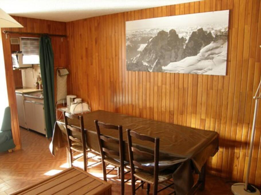 Coin salle à manger. Table jusqu'à 10 personnes