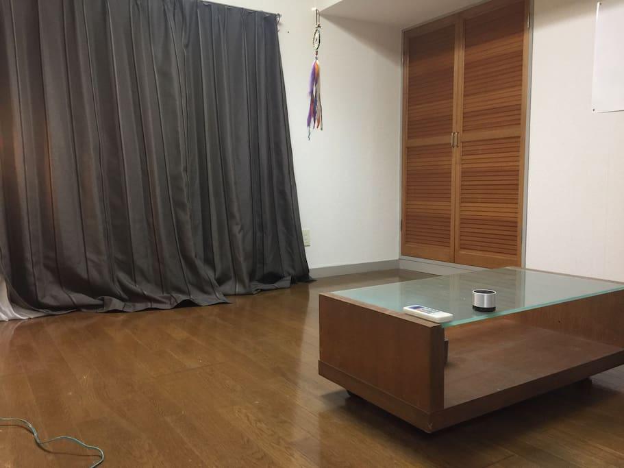 ワンルーム①  ここに布団を敷いていただき寝室としても使っていただきます。