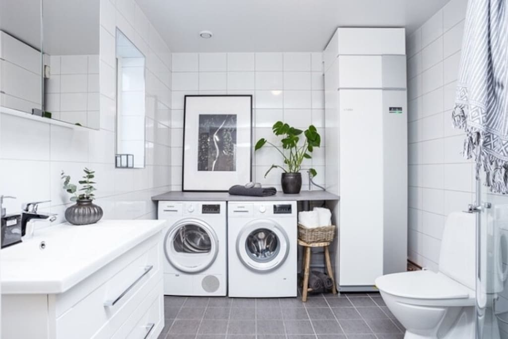 Bathroom 1 with shower, washmachine and dryer.