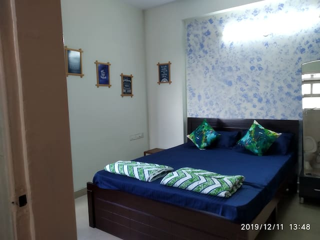 1 Private Room out of 3 bhk (Navy Blue)
