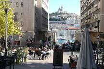 Place de Lenche :  Une place aérée avec vue imprenable sur Notre Dame de la Garde. On y trouve l'historique théâtre de Lenche, de nombreux restaurants et bars.