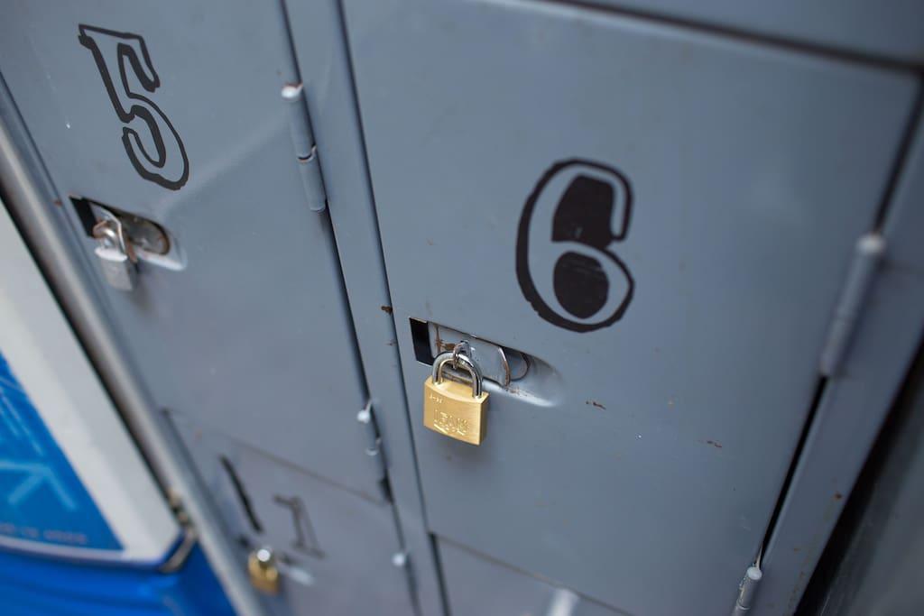 Lockers en todas las habitaciones y en recepcion/ Lockers in all rooms and in reception