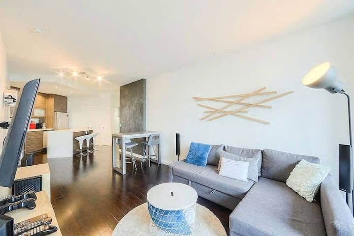 Modern & Spacious Suite w/ Panoramic Lake View & Free Parking