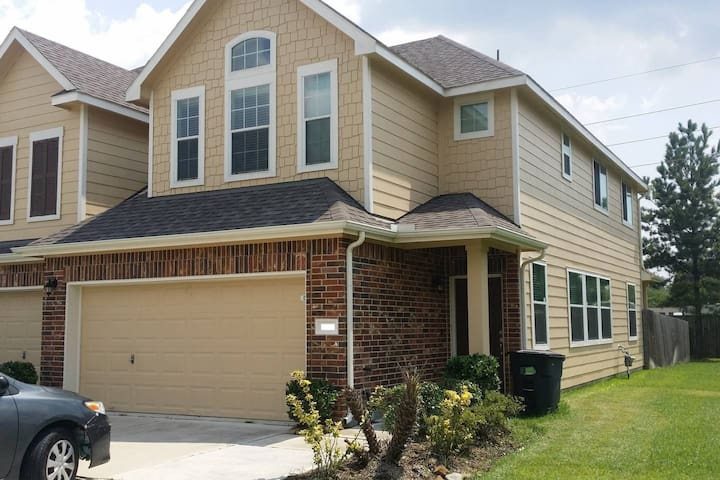 Luxury Home (3 Bed / 2.5 Bath) - Near Copperfield