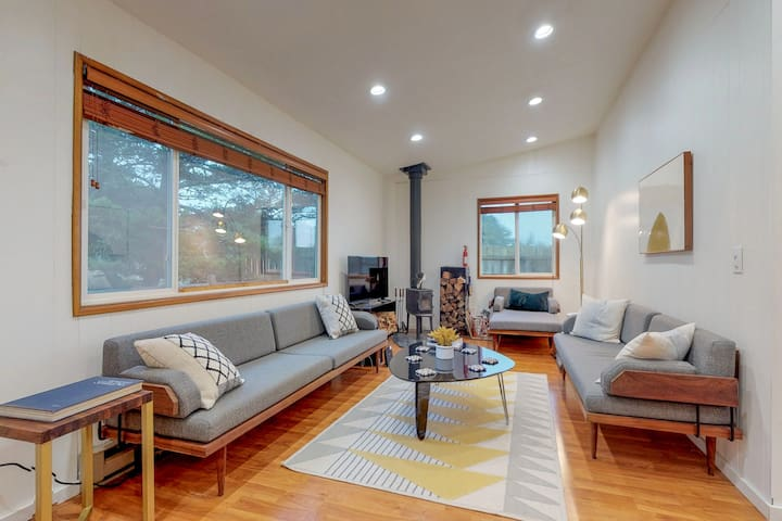 Dog-friendly house w/ wood stove & fire pit - near the beach & surf