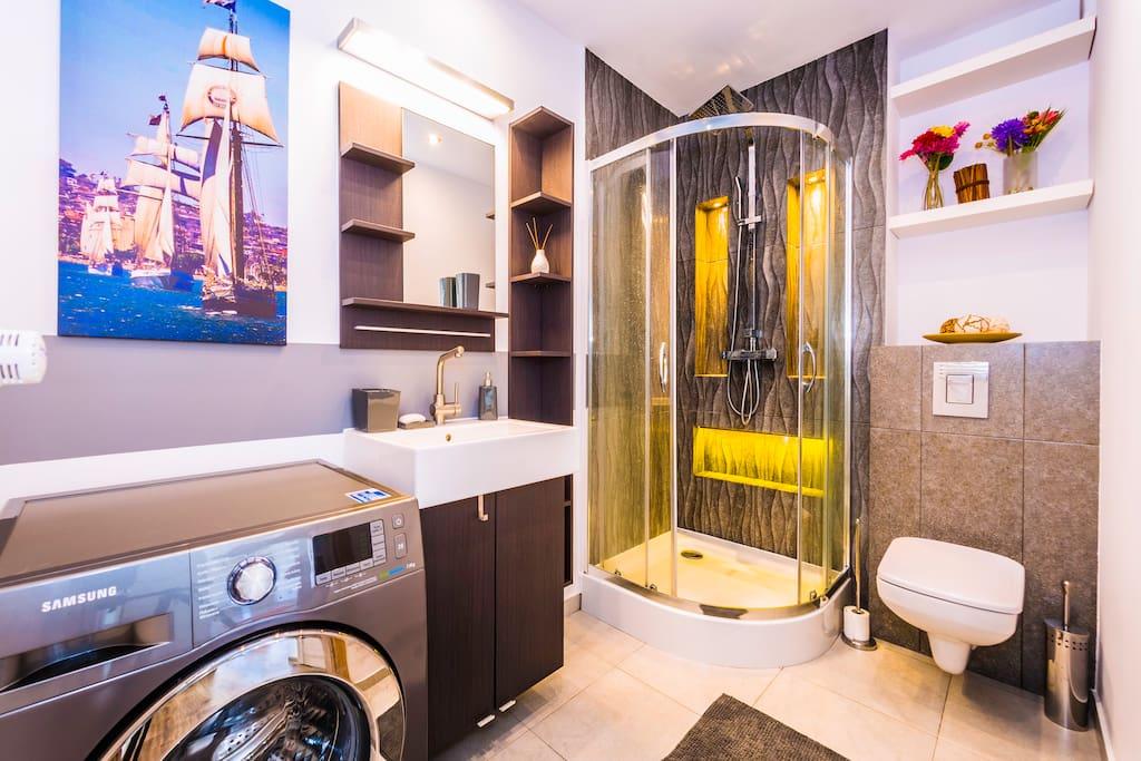 Duża łazienka z przestrzenną kabiną, wc i pralką