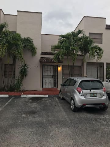 Cozy townhouse close to FIU and Malls