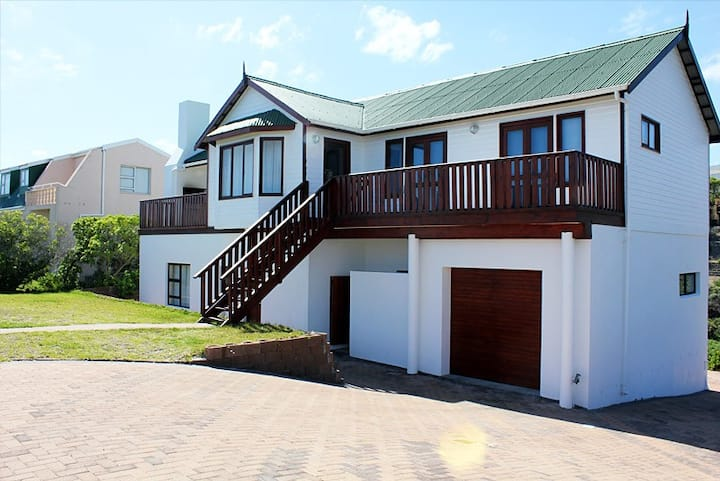 Pearly Holiday Home- Beachfront property sea views