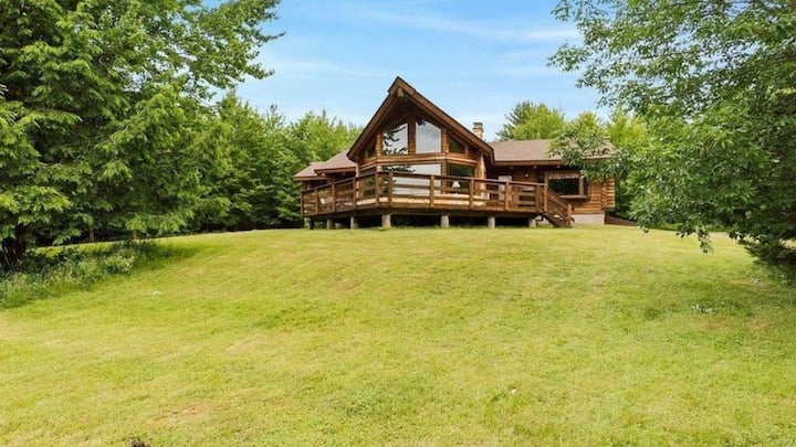 New Listing: Spacious cabin situated in the midst of New York countryside overlooking National Reserve parks, complete with a game room, and an open-floor living space.