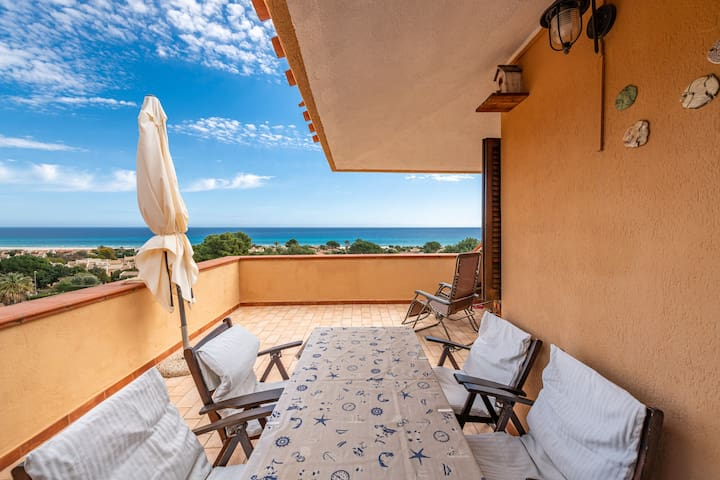 "Charming Holiday Home ""Casa Rei"" with Sea View, Balcony & Garden; Street parking Available"