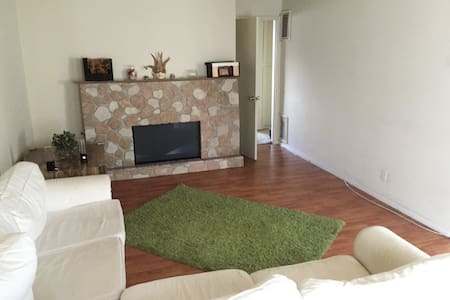 First Spacious Bedroom & Bathroom - Burbank - Apartment