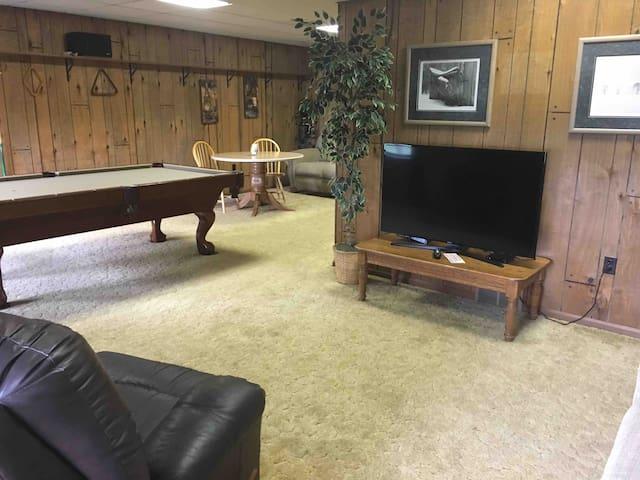 Living room/tv/pool table