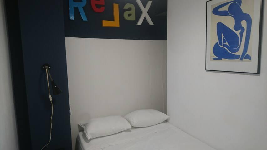 El dormitorio donde nos relajaremos con una cama de 130 x 180, balda para la mesa de noche y televisión plasma en pared.