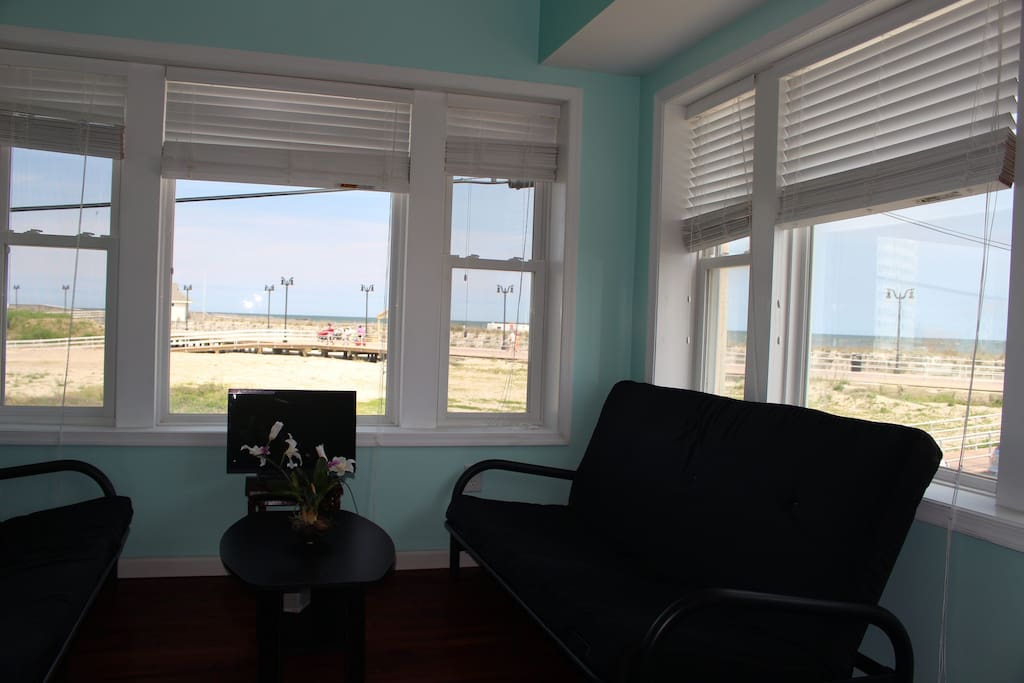 Living room with view of the beach and 2 futons