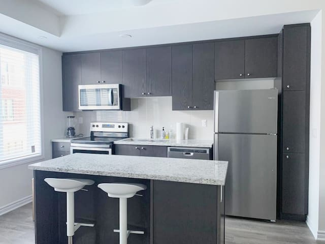 Beautiful Bright- quick & easy to Downtown Toronto