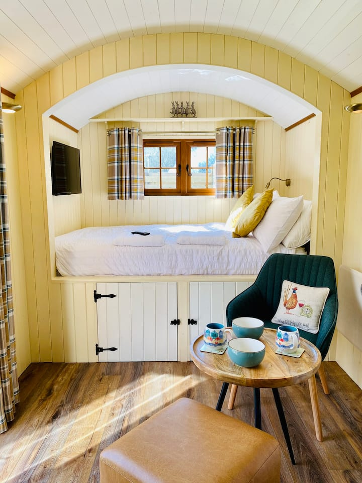 Shepherd's Huts with Hot Tubs at The Daffodil..