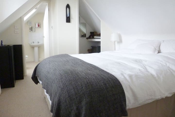 Great double room with ensuite in attic conversion - Henlade