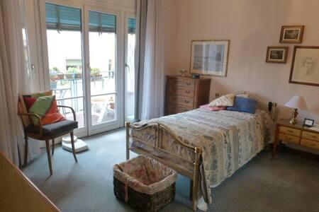 Elegante camera ad uso privato in centro.