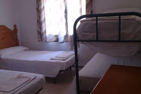 Habitación cuádruple casa rural de 25 habitaciones - Cerro Muriano - 宾馆