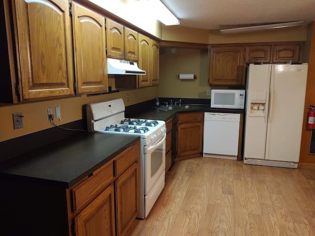 1300 sqf, 3 bdr, 2 bath full apartment